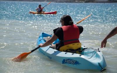 La juventud ceutí se divierte en kayak por el Día del Deporte